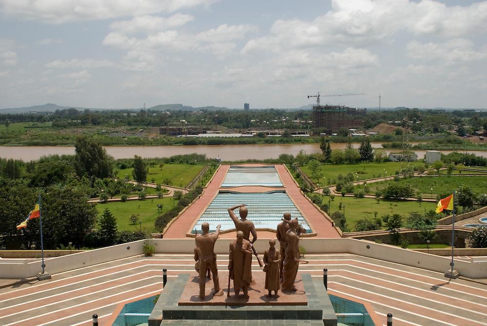 Le Nil Bleu s'écoule du Lac Tana devant les sculptures du Ethiopian Civil War Memorial construit en 2010 sur sa rive est, face aux constructions intensives menées par les chinois sur sa rive ouest. Pendant la saison des pluies, les tonnes de boue charriées par le fleuve lui donnent une couleur orange. Le nom du fleuve provient de sa couleur foncée, due à sa forte teneur en limon, par opposition avec celle du Nil Blanc, plus claire. De là le fleuve coule sur 5200 km jusqu'à la Mer Méditerranée. Les éthiopiens le nomment Nil Abay, il rejoint le Nil Blanc à Khartoum, capitale du Soudan. Bahar Dar, Éthiopie août 2011.
