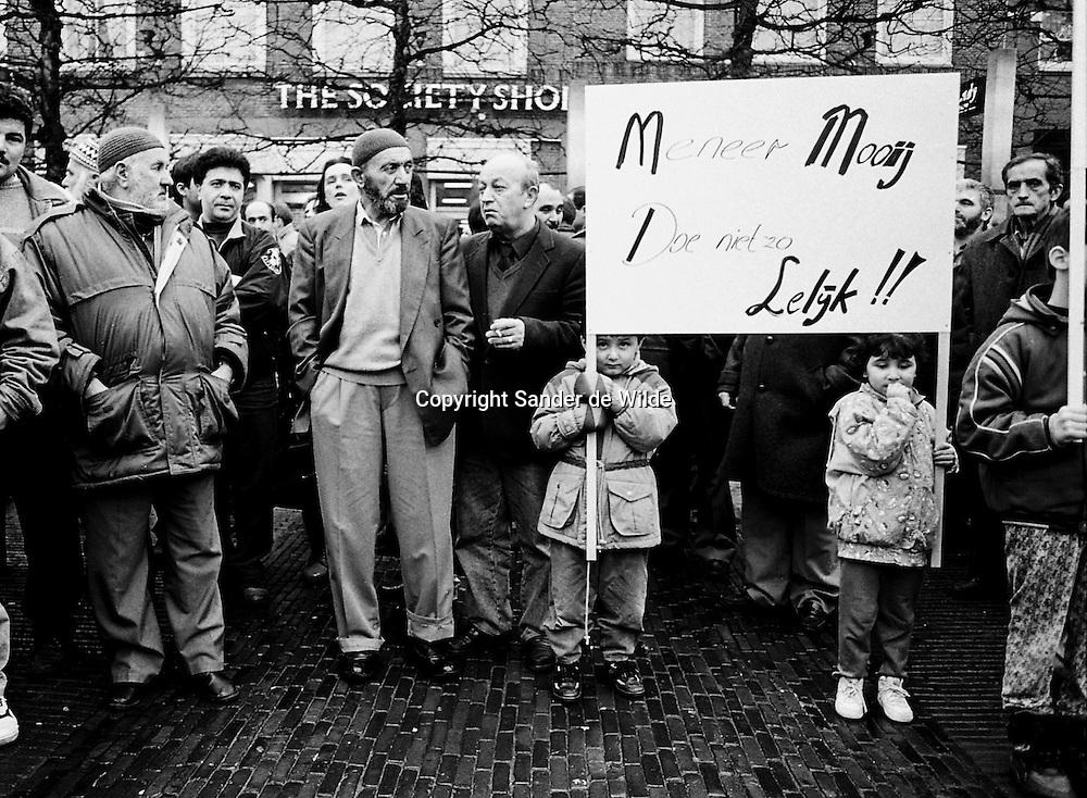 demonstratie van Turkse ouders en kinderen in Haarlem, over taalonderwijs.