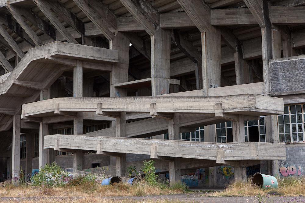 ITALY - ITALIEN; Projekt BELLA ITALIA - über die Schönheit und Hässlichkeit; Project BELLA ITALIA - on beauty and ugliness; HIER: SIZILIEN - SICILY - Giarre - Bauspekulation, Mafia; nie fertig gebautes Polostadion; Bauruine, Architektur