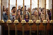 Cientos de devotos acuden hoy, martes 26 de marzo de 2013, a la basílica de Santa Teresa de Caracas (Venezuela) para adorar la imagen del Nazareno de San Pablo. (Foto/Ivan Gonzalez)