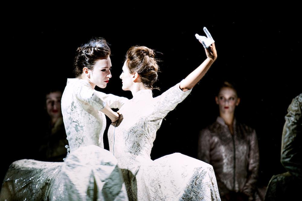 """Dansers van het Rotterdamse balletgezelschap Scapino in een uitvoering van """"Pearl"""", een barok geinspireerde dansvoorstelling van choreograaf Ed Wubbe over decadentie, uiterlijke schoonheid en innerlijk verval."""