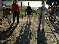 Panamá 25-12-2009.Muñecos que representan el año viejo que son colocados a un lado de la carretera Panamericana de Panamá. .La tradición y arte para sus creadores es que a final del año se queme un muñeco, que simule los problemas vividos durante el año y al quemarlo, en las llamas se esfuman todo lo negativo. .Foto: Ramon Lepage / Istmophoto..
