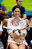 RIO DE JANEIRO Nicole Johnson, de vrouw van Michael Phelps van de Verenigde Staten, met hun zoon Boomer woont de Rio 2016 Olympische Spelen Zwemmen gebeurtenissen in Olympische Aquatics Stadion in Rio de Janeiro, Brazilië, 8 augustus 2016 COPYRIGHT ROBIN UTRECHT RIO DE JANEIRO Nicole Johnson, wife of Michael Phelps of the USA, with their son Boomer attends the Rio 2016 Olympic Games Swimming events at Olympic Aquatics Stadium in Rio de Janeiro, Brazil, 08 August 2016 COPYRIGHT ROBIN UTRECHT