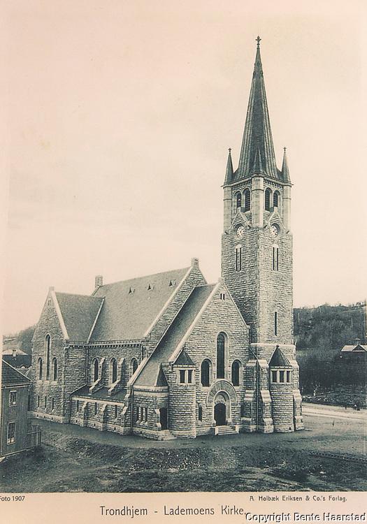 Gammelt bilde av Lademoen kirke, foto fra 1907. Henger i kontorene til Kirkelig Fellesråd, gravferdsforvaltningen i Trondheim.