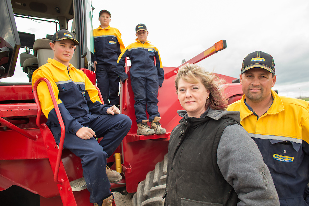 Tilbury, Ontario ---2015-11-19--- Ian and Michelle Pearce and their 3 sons (L-R) Connor, 13, Owen, 9, and Ethan, 11 pose for a photo at their farm near Wheatley, Ontario November 19, 2015.<br /> GEOFF ROBINS The Globe and Mail