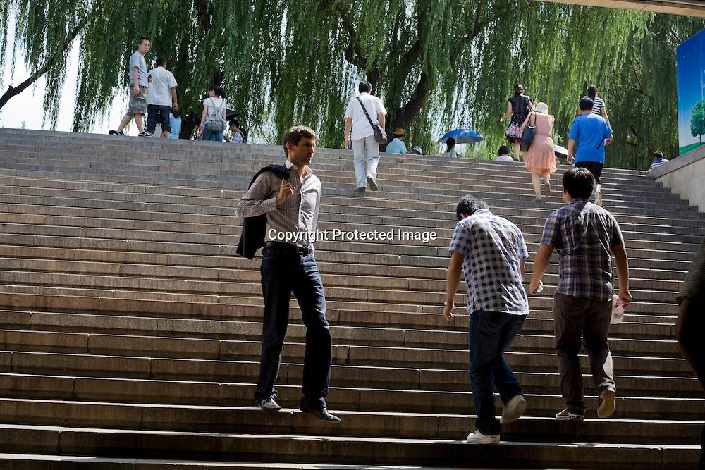 BEIJING, AUG.3, 2012 : Stararchitekt Ole Scheeren auf dem Weg zum Underpass beim Tiananmen Platz.