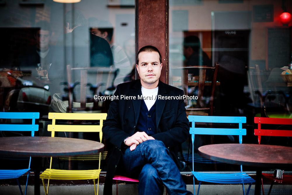 Portrait Nicolas Demorand, 39 ans, sur la terrasse du Café Léa situé 5, rue Claude Bernard dans le Vème arrondissement de Paris. Animateur et journaliste pour la télévision et la radio (ancien de Radio France, sur Europe 1 à date de prise de vue), Nicolas Demorand est depuis 2011 directeur de la rédaction du quotidien Libération. Il répondait aux questions d'un journaliste du magazine Vivre Paris pour un article sur sa vie à Paris.