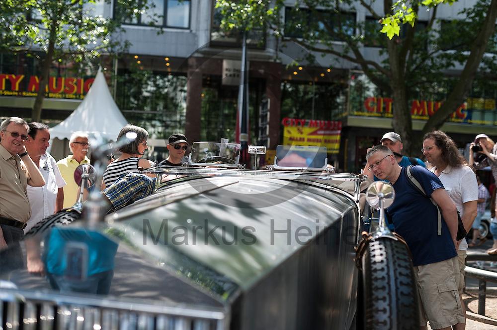 Besucher schauen w&auml;hrend der Classic Days Berlin am 04.06.2016 in Berlin, Deutschland einen Oldtimer an. Der Kurf&uuml;rstendamm wird an diesem Wochenende zu einer Ausstellungsfl&auml;che f&uuml;r Liebhaber von alten Autos. Foto: Markus Heine / heineimaging<br /> <br /> ------------------------------<br /> <br /> Ver&ouml;ffentlichung nur mit Fotografennennung, sowie gegen Honorar und Belegexemplar.<br /> <br /> Bankverbindung:<br /> IBAN: DE65660908000004437497<br /> BIC CODE: GENODE61BBB<br /> Badische Beamten Bank Karlsruhe<br /> <br /> USt-IdNr: DE291853306<br /> <br /> Please note:<br /> All rights reserved! Don't publish without copyright!<br /> <br /> Stand: 06.2016<br /> <br /> ------------------------------w&auml;hrend der Classic Days Berlin am 04.06.2016 in Berlin, Deutschland. Der Kurf&uuml;rstendamm wird an diesem Wochenende zu einer Ausstellungsfl&auml;che f&uuml;r Liebhaber von alten Autos.  Foto: Markus Heine / heineimaging<br /> <br /> ------------------------------<br /> <br /> Ver&ouml;ffentlichung nur mit Fotografennennung, sowie gegen Honorar und Belegexemplar.<br /> <br /> Bankverbindung:<br /> IBAN: DE65660908000004437497<br /> BIC CODE: GENODE61BBB<br /> Badische Beamten Bank Karlsruhe<br /> <br /> USt-IdNr: DE291853306<br /> <br /> Please note:<br /> All rights reserved! Don't publish without copyright!<br /> <br /> Stand: 06.2016<br /> <br /> ------------------------------