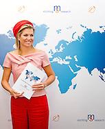 28-5-2014 - VOORSCHOTEN - Koningin Máxima is woensdagmiddag 28 mei aanwezig op Wereld MS Dag bij Stichting MS Research in Voorschoten. Zij neemt daar de eerste Nederlandse uitgave van de Internationale MS Atlas in ontvangst met links directeur Dorinda Roos en Ronald en Richard Mulder  . COPYRIGHT ROBIN UTRECHT