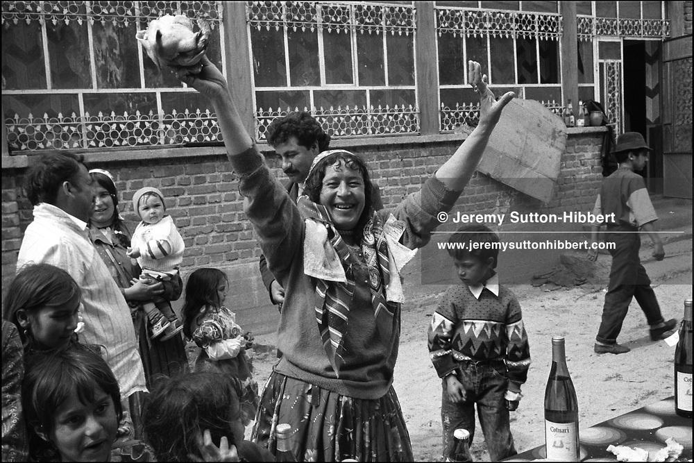 ROMANIAN ORTHODOX EASTER CELEBRATIONS. SINTESTI, ROMANIA. MAY 1997..©JEREMY SUTTON-HIBBERT 2000..TEL./FAX.+44-141-649-2912..TEL.  +44-7831-138817.