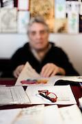 Palermo 2010 - Casa editrice Enzo Sellerio, Studio. Enzo Sellerio a lavoro, dettaglio occhiali.