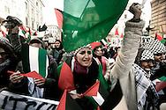 ROMA. UN GRUPPO DI DONNE CON LE BANDIERE DELLA GIORDANIA IN CORTEO CONTRO LA GUERRA IN PALESTINA; ROME. A GROUP OF WOMEN WITH FLAGS OF JORDAN IN PROCESSION AGAINST THE WAR IN PALESTINE
