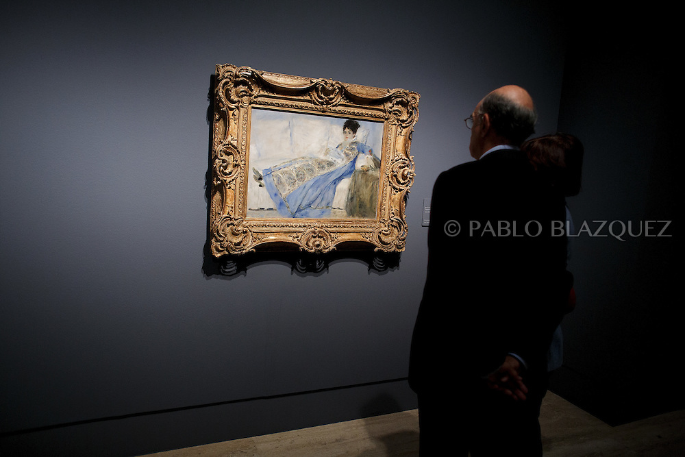Members of the press look at Pierre Auguste-Renoir's work 'Portrait of Madame Claude Monet', painted in 1874 and borrowed from the Museu Caloueste Gulbenkian, at the Museum Thyssen-Bornemisza on October 17, 2016 in Madrid, Spain. 'Renoir: Intimacy' features 78 works by French painter Renoir (1841-1919) borrowed from museums and collections from around the world and will be open to the public from October 18, 2016 to January 22, 2017 (© Pablo Blazquez)