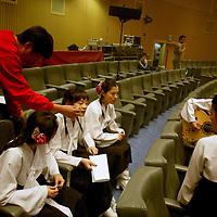 SEOUL, Oct. 25, 2006: Mitglieder einer  Nordkoreansichen Popband proben ein letztes Mal bevor es auf die Buehne zur Aufnahme geht. Die 5 Maedchen wurden von einem Manager im Trainingszentrum fuer Nordkoreanische Fluechtlinge in Seoul entdeckt. der Manager hofft nun, die Maedchen landesweit bekannt zu machen.