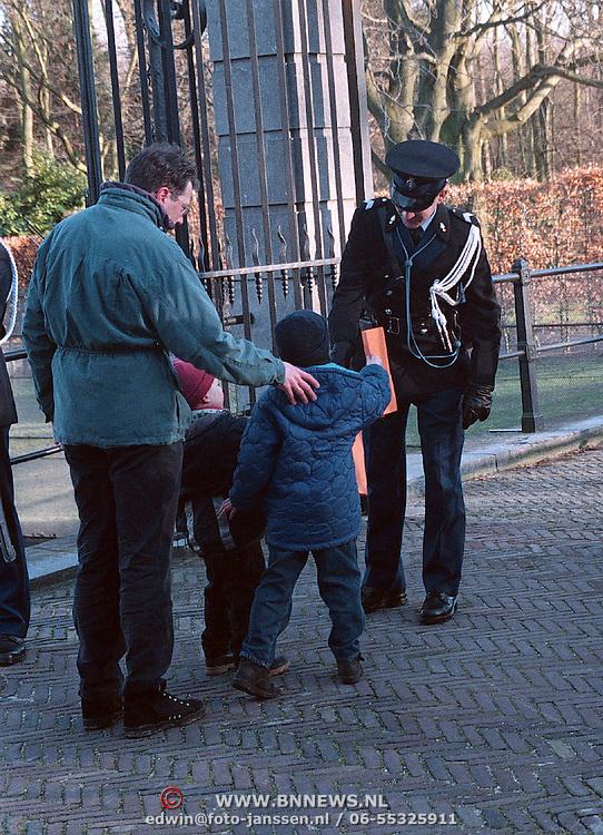 61ste verjaardag van koninging Beatrix Huis ten Bosch Den Haag, aannemen tekening van kind voor de koninging