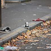 Des vêtements de blessés du Bataclan gisent au sol, le 14 novembre 2015, devant la salle de spectacle parisienne, au lendemain des attentats revendiqués par Daesh qui ont fait des dizaines de victimes.