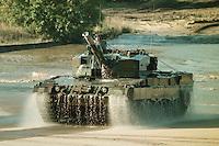 09 OCT 1995, MUNSTER/GERMANY:<br /> Kampfpanzer LEOPARD 2 der Bundeswehr, w&auml;hrend einer Lehrvorf&uuml;hrung der Panzertruppenschule Munster<br /> Tank LEOPARD 2 of the German Federal Armed Forces, during a trainig performance<br /> IMAGE: 19951009-01/05-07<br />  <br />  <br />  <br /> KEYWORDS: Streikr&auml;fte, army, Waffen, wappon, Panzer