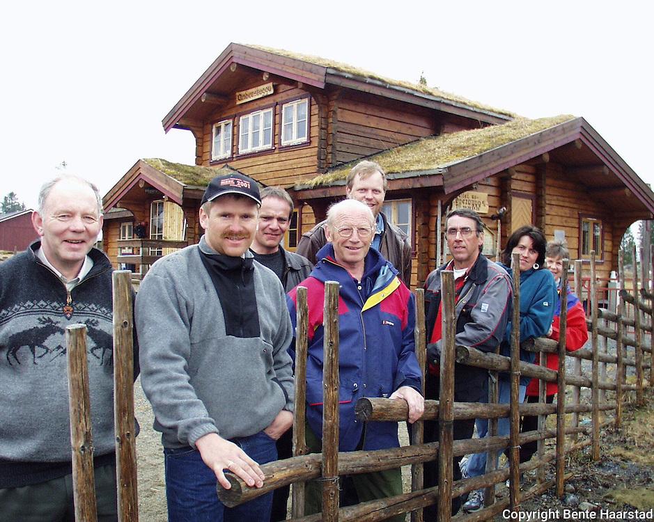 etablerte lafteselskapet Øverbygg i -92. F.v. Leif Gunnar Aunsmo (59), Øyvind Pettersen (33), Pål Benum (41), Øystein Mossing (63), Terje Mossing (38), Arnar Gåsmo (53), Liv Gåsmo (31) og Ingebjørg Aunsmo (58)