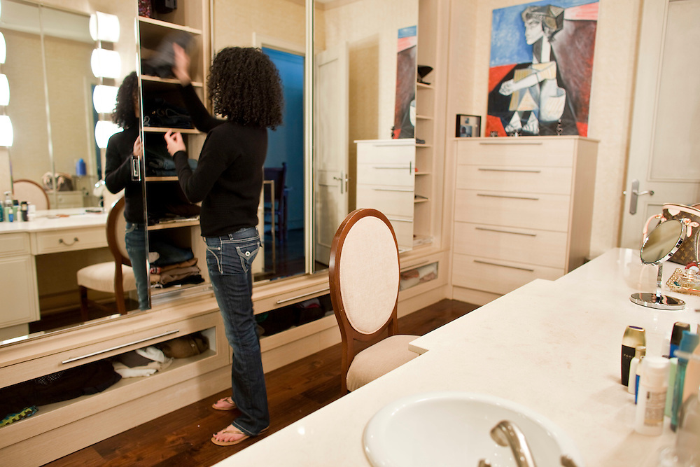Windsor, Ontario ---10-02-19--- Michelle Jamal looks for clothes in the dressing room/ walk in closet of her $1.5 million  apartment  which overlooks the Detroit River in Windsor, Ontario, February 19, 2010.<br /> GEOFF ROBINS The Globe and Mail