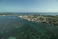 Bocas del Toro es la capital de la provincia paname&ntilde;a de Bocas del Toro. Se sit&uacute;a en un extremo de la isla Col&oacute;n, una de las que cierran la bah&iacute;a Almirante y que forman parte del archipi&eacute;lago del mismo nombre. <br /> <br /> Actualmente es el centro del desarrollo tur&iacute;stico de la regi&oacute;n, siendo la sede de m&aacute;s de cincuenta hoteles, numerosos restaurantes, operadores de tours y de una gran cantidad de comercios relacionados con esa industria. <br /> <br /> En 1904 sufri&oacute; un incendio del que tuvo que ser reconstruida. Constituye el centro administrativo y comercial de la provincia. Es sede episcopal.<br /> <br />  Posee comunicaciones mar&iacute;timas adem&aacute;s de a&eacute;reas. Su poblaci&oacute;n (2010) es de 7.366 habitantes, donde cuenta con un clima de selva tropical.<br /> <br /> &copy;Alejandro Balaguer/Fundaci&oacute;n Albatros Media.