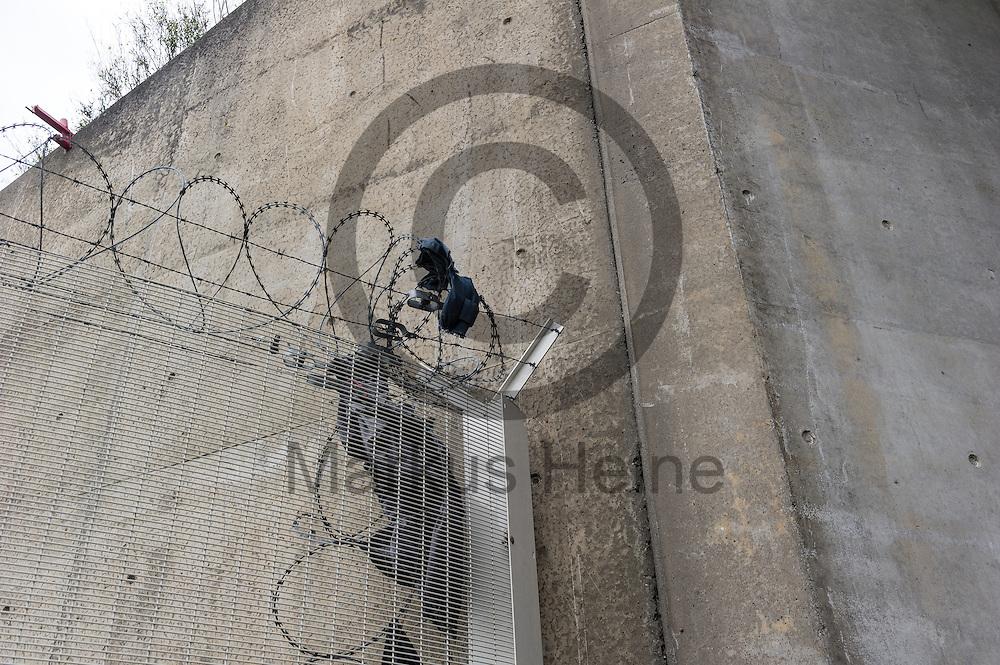 Calais, Frankreich - 16.10.2016<br /> Kleidungsfetzen haengen nachdem ein Migrant versucht hat einen Schutzzaun zu ueberklettern an dem Stacheldraht. Das Fluechtlingscamp an der Kueste zum Aermelkanal soll laut franzoesischer Regierung in den naechsten Tagen geraeumt werden. In dem Camp leben um die 1000 Fluechtlinge und warten auf die Moeglichkeit zur Weiterreise durch den Eurotunnel nach Gro&szlig;britannien. Photo: Foto: Markus Heine / heineimaging<br /> <br /> Calais, France - 2016/10/16<br /> Pieces of clothes hang in the barbwire of a protective fence after a migrant climbed over. The refugee camp on the coast to the English Channel is to be cleared in the next few days, according to the French government. In the camp live around the 1000 refugees and wait for the possibility to travel further through the Eurotunnel to the UK. Photo: Foto: Markus Heine / heineimaging<br /> <br /> ------------------------------<br /> <br /> Veroeffentlichung nur mit Fotografennennung, sowie gegen Honorar und Belegexemplar.<br /> <br /> Bankverbindung:<br /> IBAN: DE65660908000004437497<br /> BIC CODE: GENODE61BBB<br /> Badische Beamten Bank Karlsruhe<br /> <br /> USt-IdNr: DE291853306<br /> <br /> Please note:<br /> All rights reserved! Don't publish without copyright!<br /> <br /> Stand: 10.2016<br /> <br /> ------------------------------