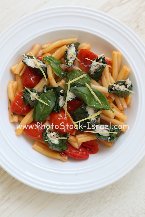 Tomato and pasta salad with fish