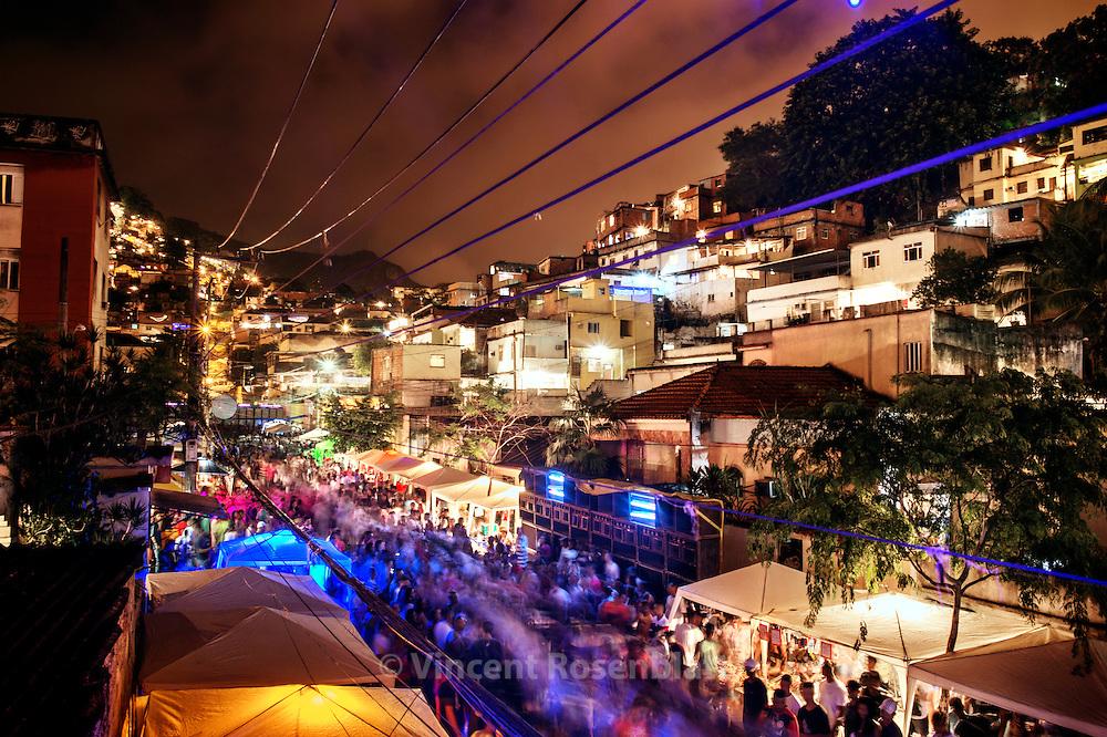 "Last great bailes funk before the ""pacification"" which transforms favela into silent dormitories. Baile do Pistão in the Morro do Amor in Complexo do Lins, Zona Norte of Rio de Janeiro. // Dans un des derniers grands bailes funk de favela avant la 'pacification"" qui les transforme en dortoir silencieux. Baile du Pistão, ""colline"" ou ""morro"" de l'Amor, dans le Complexe du Lins, Zona Norte de Rio de Janeiro."