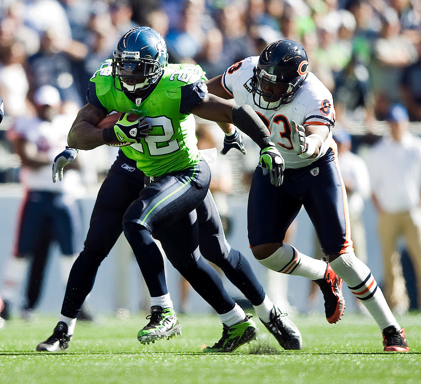 SEATTLE SEAHAWKS VS CHICAGO BEARS - Seatte's Julius Jones runs away from Chicago's Adewale Ogunleye. Jones gained 98 yards on 19 carries.