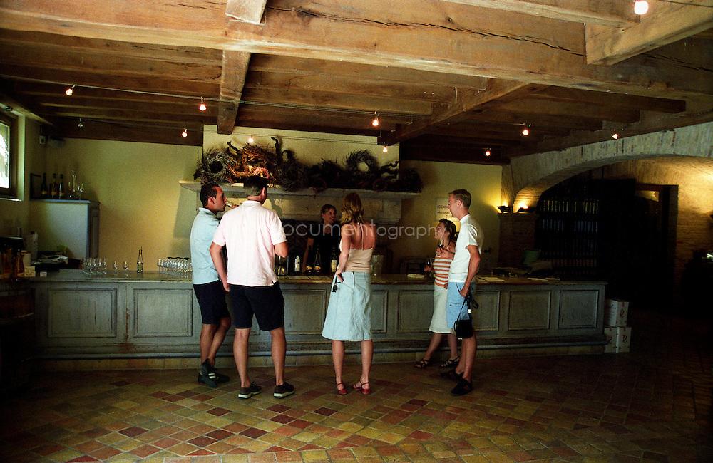 Bernard Teilland, homme d'affaire et amateur d'art, acceuille chaque année une exposition sur ses terres, ici la salle de degustation, Chateau Sainte Roseline, Les Arcs-sur-Argens, France