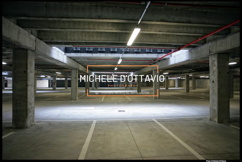 Movicentro stazione ferroviaria di Ivrea, il nuovo edificio ultimato da circa due anni e mai utilizzato, nella foto il parcheggio sotterraneo sempre vuoto.