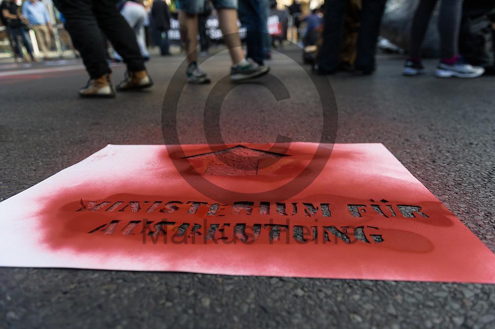 """""""Ministerium für Ausbeutung"""" steht während der 1. Welle der Blockupy Proteste am 02.09.2016 in Berlin, Deutschland auf einer Sprühschablone. Das Bündnis versuchte das Ministerium für Arbeit und Soziales zu blockieren um gegen die Politik der Verarmung, Ausgrenzung und sozialen Spaltung zu protestieren. Foto: Markus Heine / heineimaging"""