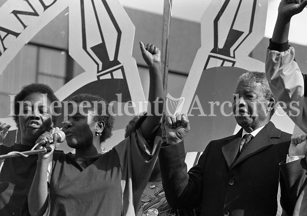 Nelson Mandela and his wife Winnie Mandela arrive and greet the crowd at the Mansion House, 01/07/1990 (Part of the Independent Newspapers Ireland/NLI Collection).