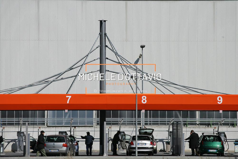Torino, stazione self service autolavaggio