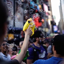 """Time Square's Bubble Battle! as hosted by """"Newmindspace"""". More informations can be found here: http://www.newmindspace.com/bubblebattlenyc2009.php New York City. 2009, June 12th. Photo: Antoine Doyen"""