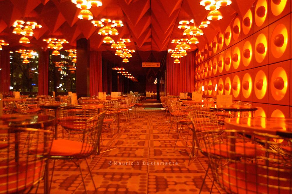 Der dänische Designer Verner Panton entwarf in den Sechzigern den Speisesaal im Gebäude des SPIEGEL-Verlags.  Die Bar mit dem futuristischen Interieur ist bis heute in Betrieb und wird gelegentlich für den Dreh von Musikvideos oder als Filmkulisse vermietet.