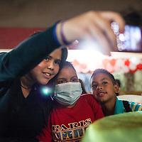Manuel Alejandro Romero posa junto a sus primos, Maria Galicia (i) y Jose Manuel (d) en el sector Lomas de Maracaibo. Gracias a FundaHigado, en junio de 2012, recibió un trasplante de higado que le permite disfrutar de la vida. Maracaibo, Venezuela 20 y 21 Oct. 2012. (Foto/ivan gonzalez)