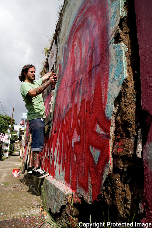 Bombing a wall in La California, a bario in San Jose, Costa Rica