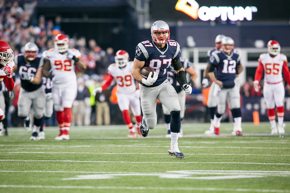 New England Patriots tight end Rob Gronkowski (87) finds the open field against the Kansas City Chiefs in first quarter of the AFC Divisional Playoff game at Gillette Stadium in Foxborough, Massachusetts on January 16, 2016.     Photo by Kelvin Ma/ UPI