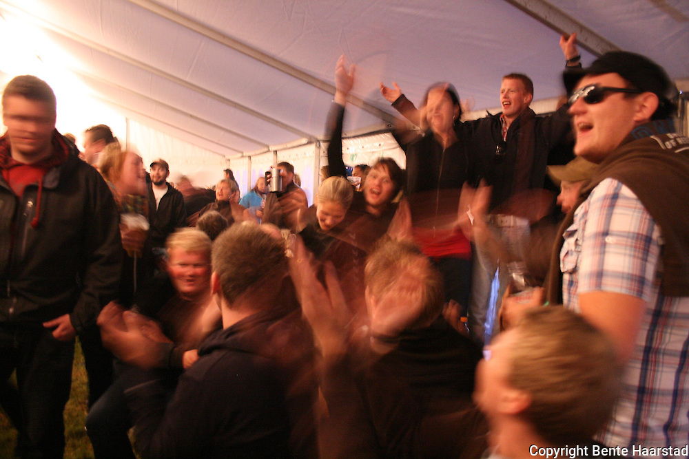 Kim Olve Breistrand fra Selbu viste igjen at han er en ypperlig musiker, og fikk skrudd stemningen til værs i ølteltet fredag kveld. Tydalsfestivalen 09. Foto: Bente Haarstad
