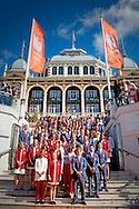 SCHEVENINGEN - estavana polman Chef de mission Maurits Hendriks  De Olympische ploeg op de trappen van het Kurhaus tijdens de overdracht aan NOC NSF. COPYRIGHT ROBIN UTRECHT