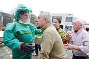 Slachtoffers worden opgevangen bij de decontaminatietent.  In het Calamiteitenhospitaal in Utrecht wordt een rampenoefening gehouden. De nadruk ligt op de contaminatie, door een gekantelde vrachtwagen zijn veel slachtoffers in aanraking gekomen met een chemische stof. Voor het eerst wordt er geoefend met een zogenaamde decontaminatietent. Als de tent bevalt, schaft het ziekenhuis zo'n tent aan. Bij de 'ramp' zijn 100 slachtoffers gevallen.<br /> <br /> Victims are arriving at the decontamination tent. In the Trauma and Emergency Hospital in Utrecht an calamity training was held. The emphasis is on the contamination by an overturned truck, many victims are contaminated by a chemical. For the first time a so-called decontamination tent was used. If the tent fulfills the expectations, a tent will be purchased. The 'calamity' caused 100 victims.