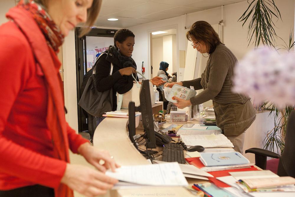 Le docteur pédiatre Mme Parisis et la puéricultrice, Roseline Lagneaux, accueillent parents et enfants pour les pesées et les consultations pédiatrie à la PMI Amédée Laplace. Créteil, 24 janvier 2013