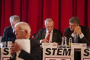 Een lid van 50Plus ligt een amendement toe. In Hilversum houdt de 50Plus partij haar verkiezingscongres. Tijdens het partijcongres wordt Henk Krol gekozen tot de lijsttrekker. Jan Nagel is de partijvoorzitter.<br /> <br /> A member is explaining his amendment. The 50Plus party, a political party aiming mostly at the people of 50 years and older, is having its congress in Hilversum. Henk Krol, former chief editor of the Gaykrant, is elected as leader. Jan Nagel is the chairman.