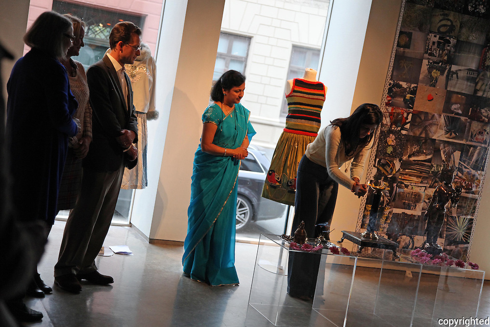 Julie Skarland, Alice in Hindustan, Nordenfjeldske Kunstindustrimuseum, Trondheim, Norway, kunst, kultur, art, tekstil, textile, kjoler, klær, dress, clothes, India, New Dehli, kunstner, artist, norwegian, norsk, images, bilder, unique, design, ull, wool, tyll, boderi, strikk, knitting