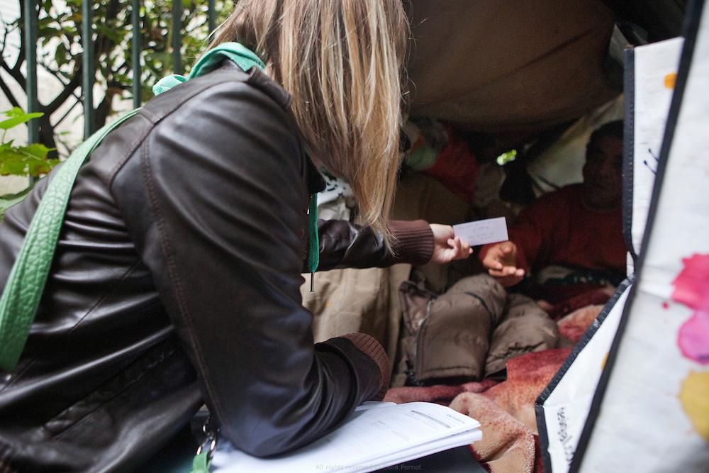 Maraude dans Paris de l'UASA, l'Unité d'aide aux sans-abris, avec une assistante sociale