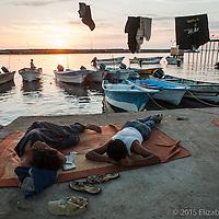 El puerto de Santa Rosalía se convierte en la casa de muchos de los pescadores y cargadores de pangas que llegan de otros estados durante la temporada del calamar.