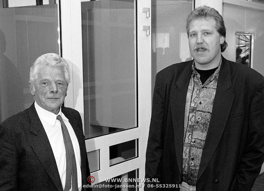 Dhr. Huurdeman neemt afscheid als marktmeester Huizen, op de foto met zijn opvolger