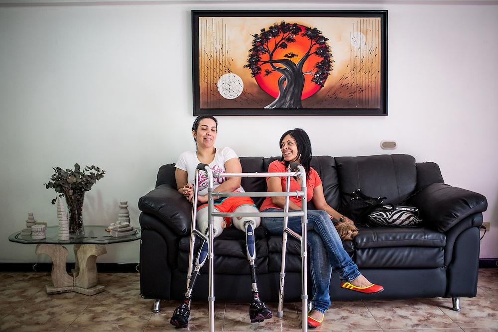 Zarevitz Camacho (i) sentada en la sala de su hogar junto a su madre, Zaida Materán (d). Caracas, 08 de mayo de 2014. (Foto/Ivan Gonzalez)