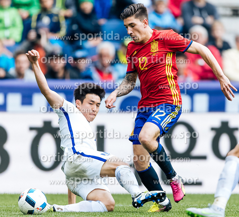01.06.2016, Red Bull Arena, Salzburg, AUT, Testspiel, Spanien vs Suedkorea, im Bild Sukyoung Yun (KOR), Hector Bellerin (ESP) // Sukyoung Yun of Korea Hector Bellerin of Spain during the International Friendly Match between Spain and South Korea at the Red Bull Arena in Salzburg, Austria on 2016/06/01. EXPA Pictures © 2016, PhotoCredit: EXPA/ JFK