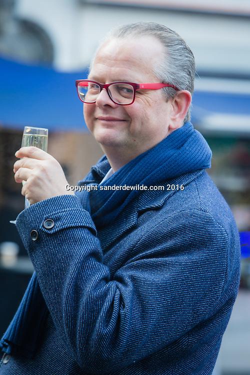 Brussels Belgium  2 Januari 2017. Wytze Russchen, lobbyist te Brussel, poseert voor een portret op de Vismarkt in het centrum van Brussel. Bekend van zijn boek het oliemannetje
